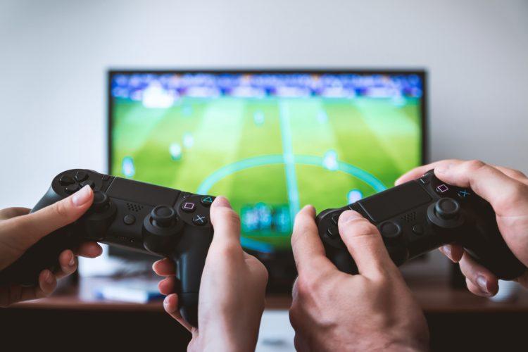 Il mondo dei videogiochi continua ad affascinare gli italiani, coinvolgendo non solo i ragazzi ma anche i padri di famiglia.